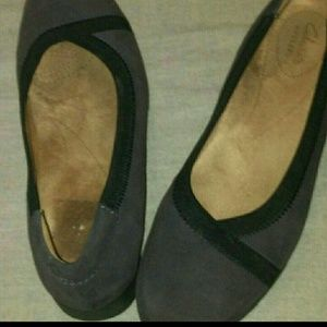Clarks size 8 egg plant and black